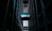 Hệ thống robot leo lên kệ để lấy hàng hóa