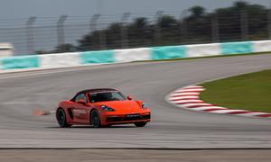 Cách lái xe qua cua ở tốc độ cao như tay đua chuyên nghiệp