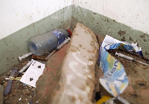 Rác thải, kim tiêm còn dính máu nằm vương vãi ở cầu thang khu khán đài A sân vận động Chi Lăng. Ảnh: Nguyễn Đông.