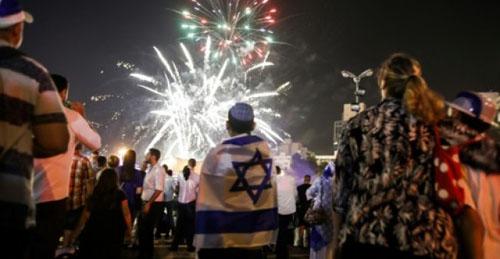 Người dân Israel xem pháp hoa trong lễ kỷ niệm 70 năm thành lập quốc gia hôm 18/4. Ảnh: AFP.