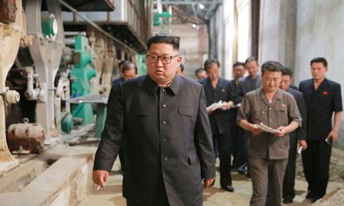 Kim Jong-un thăm nhà máy ở tỉnh Sinuiju đầu tháng này. Ảnh: Reuters.