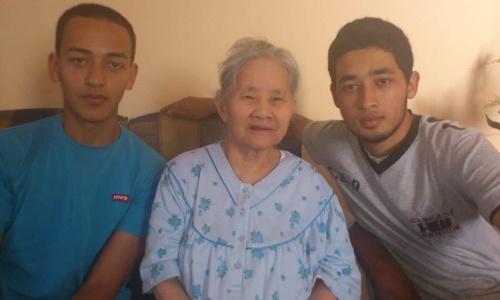 Mihoubi, ngoài cùng bên trái, chụp ảnh với bà nội là người Việt, và người em họ, khi bà còn sống. Ảnh: NVCC.