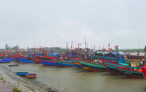 Tàu thuyền neo đậu tại cảng cá Cửa Sót (Hà Tĩnh) trưa ngày 18/7. Ảnh: Đức Hùng.