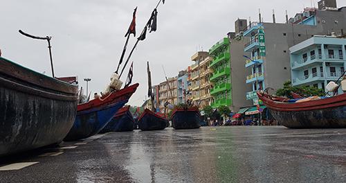 Hàng trăm thuyền bè được ngư dân Sầm Sơn (Thanh Hoá) kéo lên đường phố tránh trú bão. Ảnh: Lê Hoàng.