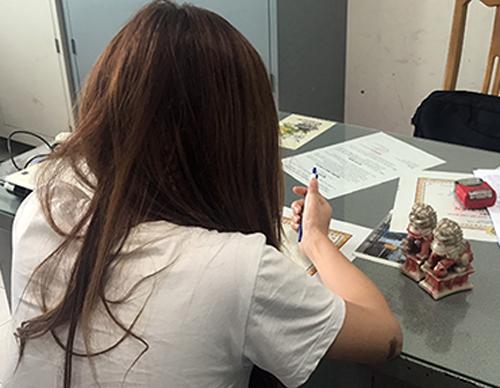 Nữ nhân viên của Trúc Xinh bị phát hiện bán dâm trong khách sạn. Ảnh: Quốc Thắng.