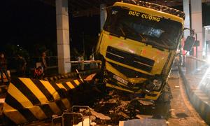 Xe tải tông sập cabin trạm thu phí cao tốc TP HCM - Trung Lương