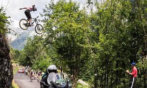 Pha bay qua đầu đoàn đua Tour de France của tay đua mạo hiểm