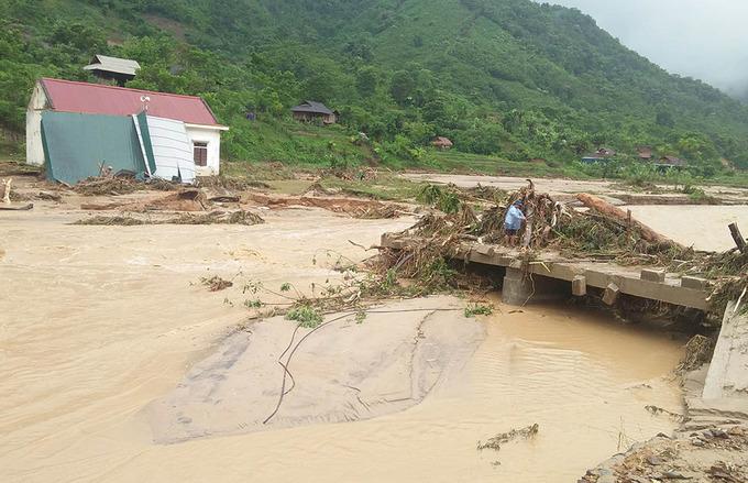 Nước lũ cuốn sập cầu, trôi nhà dân ở miền núi Nghệ An
