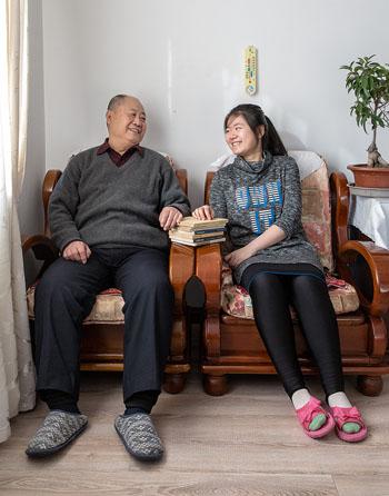 Christina (phải) chụp cùng ông nội và những cuốn sách tiểu thuyết phương Tây mà người ông cất giữ suốt thời kỳ Cách mạng Văn hóa. Ảnh: Tạp chí 1843.