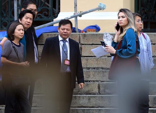 Người nhà của Nguyen William Anh trao đổi với luật sư sau phiên xử. Ảnh: Đức Anh
