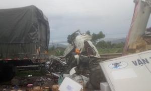 Phụ xe tử vong khi container đâm đuôi xe tải