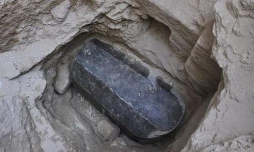 Chiếc quan tài chứa ba bộ hài cốt nghi của binh lính. Ảnh: Bộ Cổ vật Ai Cập.