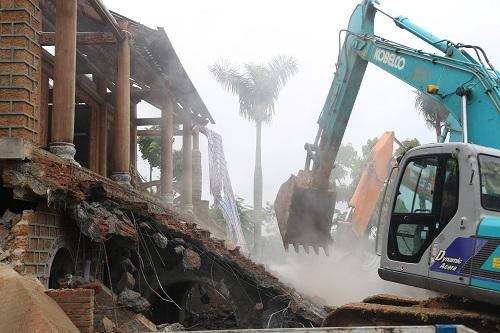Hàng trăm người đã tham gia cưỡng chế công trình trái phép tại huyện Ba Vì. Ảnh: Gia Chính.