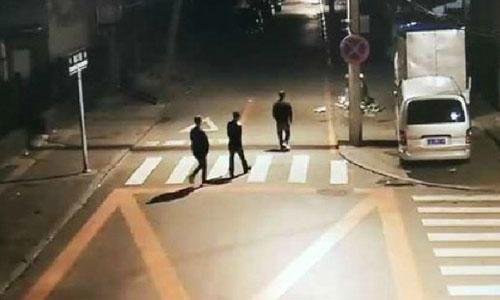 Hành động của băng cướp bị camera an ninh ghi lại. Ảnh: Shanghaiist.