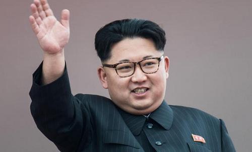 Lãnh đạo Triều Tiên Kim Jong-un vẫy tay chào người dân trong lễ diễu hành ở quảng trường Kim Nhật Thành tại Bình Nhưỡng hôm 10/5/2016. Ảnh: AFP.