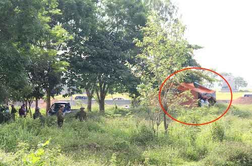 Cảnh sát thực hiện khai quật tử thi bà Hoa. Ảnh: Phan Ngọc.