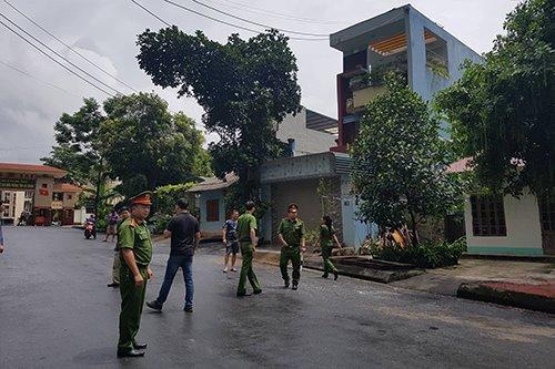 11h ngày 20/7, cảnh sát bảo vệ bên ngoài căn nhà của bị can Lương trong lúc việc khám xét đang được tiến hành.
