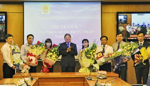 Luật sư Vinh (thứ hai từ phải qua trái)trúng tuyển chức danh Hiệu trưởng Đại học Luật Hà Nội.