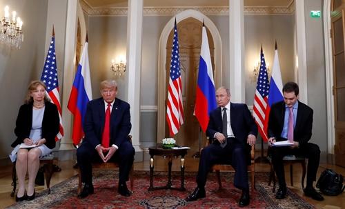 Marina Gross (ngoài cùng bên trái) là phiên dịch cho Trump khi ông họp riêng với Putin ở Phần Lan ngày 16/7. Ảnh: Reuters.