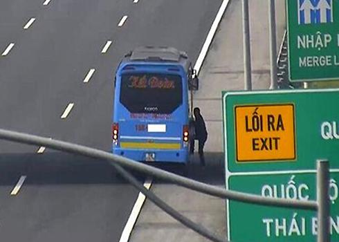 Xe khách bị phạt nguội vì đón khách trên cao tốc bị camera ghi lại. Ảnh: Xuân Hoa.