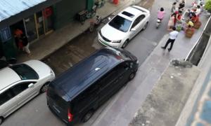 Ôtô giành đường kiểu 'hai con dê qua cầu' trên phố