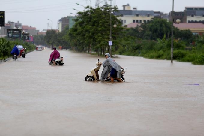 Nhiều phố biến thành sông, cửa ngõ phía Tây thủ đô tê liệt