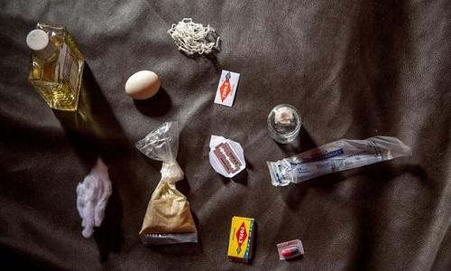 Dụng cụ cắt FGM gồm trứng để dán vết thương, dao lam, ciồn. Ảnh: UNFPA.