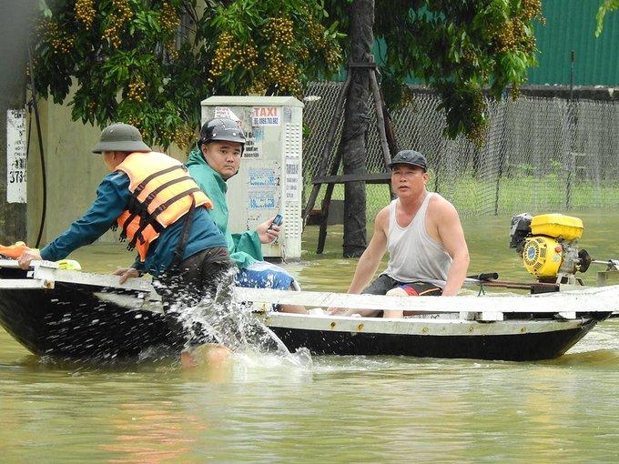 Người dân chèo thuyền trên quốc lộ ở Quảng Ninh