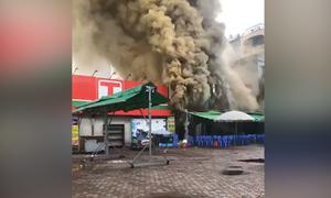 Lửa bao trùm quán bia ở Hà Nội, một người tử vong