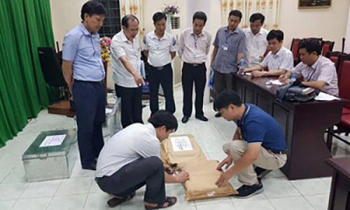 Các cán bộ kiểm tra hồ sơ các bài thi tại Hà Giang. Ảnh: Bộ Công An.