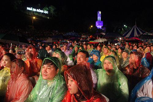 Hàng trăm người dân đã đội mưa tới tham dự lễ kỷ niệm. Ảnh: Đức Hùng