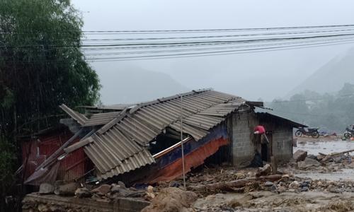 Mưa lũ làm 10 người chết, nhiều tỉnh đối mặt với lụt lịch sử