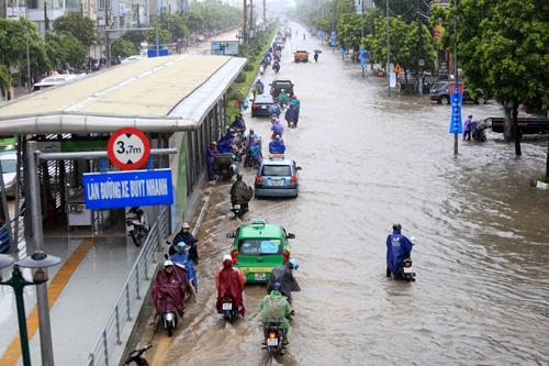 Nhiều tuyến đường Hà Nội sáng 21/7 bị ngập sâu. Ảnh: Gia Chính.