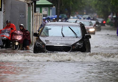 Nước ngập sâu ở đường Vũ Trọng Phụng, quận Thanh Xuân. Ảnh: Gia Chính