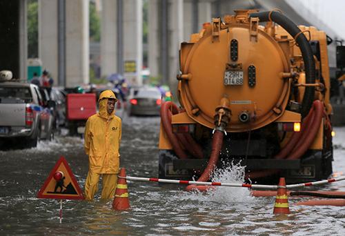 Đường Quang Trung (Hà Đông) ngập sâu, Công ty Thoát nước Hà Nội phải điều xe đến. Ảnh: Gia Chính.