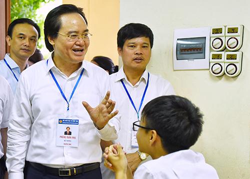 Ông Phùng Xuân Nhạ đi kiểm tra việc tổ chức thi THPT quốc gia ở Hà Nội. Ảnh: Giang Huy
