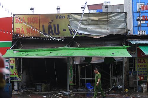 Quán bia ở quận Hoàng Mai bị cháy giữa trời mưa. Ảnh: Gia Chính.