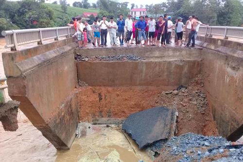 Mố cầu nối tại địa bàn xã Văn Luông, Tân Sơn bị sập. Ảnh: Báo Phú Thọ.
