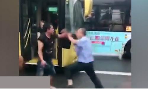 Ngăn hành khách mang theo chó, tài xế xe buýt bị đấm gãy răng