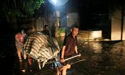 Người dân ngoại thành Hà Nội trắng đêm dầm mưa chạy lũ
