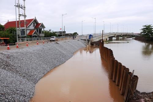 Hơn 30m tay-luy và đường dẫn lên cầu Đăng được cho là bị mưa lớn vào ngày 21/7 kéo sạt lở. Ảnh: Giang Chinh