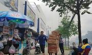 Siêu thị ở Sài Gòn di tản hàng vì xưởng gỗ sát bên bị cháy