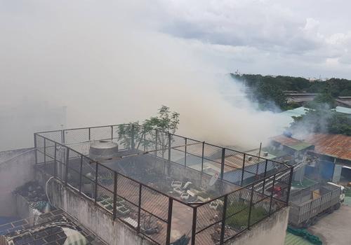 Khói lửa bốc lên nghi ngút tại hiện trường. Ảnh: Sơn Hòa