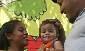Em bé ở Mỹ không nhận ra bố mẹ sau 5 tháng bị chia cắt khỏi gia đình