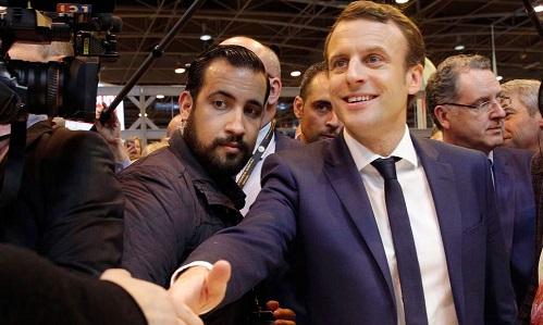 Tổng thống Pháp Emmanuel Macron (phải) và vệ sĩ Alexandre Benalla trong một sự kiện hồi tháng 1. Ảnh: Independent.