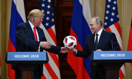 Tổng thống Mỹ nhận quả bóng từ người đồng cấp Nga hôm 16/7. Ảnh: AFP.
