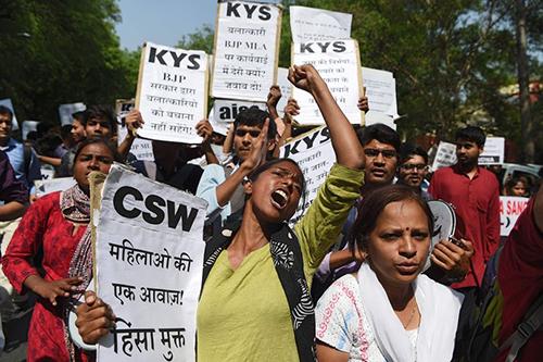 Người dân Ấn Độ biểu tình bày tỏ sự phẫn nộ trước những vụ cưỡng hiếp trẻ em. Ảnh: AFP