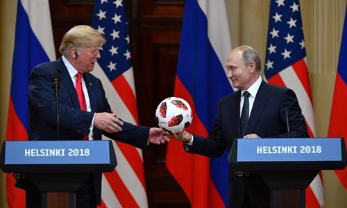 Putin tặng Trump quả bóng trong hội nghị ở Phần Lan ngày 16/7. Ảnh: AFP.