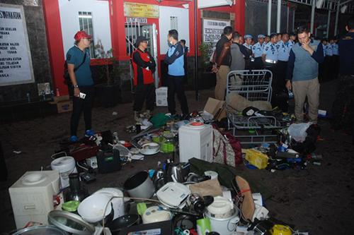 Giới chức Indonesia đứng cạnh các tang vật thu được tù nhà tù Sukamiskin hôm qua. Ảnh: AFP