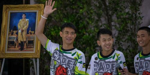 Huấn luyện viên Ake (trái) và các cầu thủ nhí đội Lợn Hoang trong cuộc họp báo sau khi được giải cứu. Ảnh: Reuters.